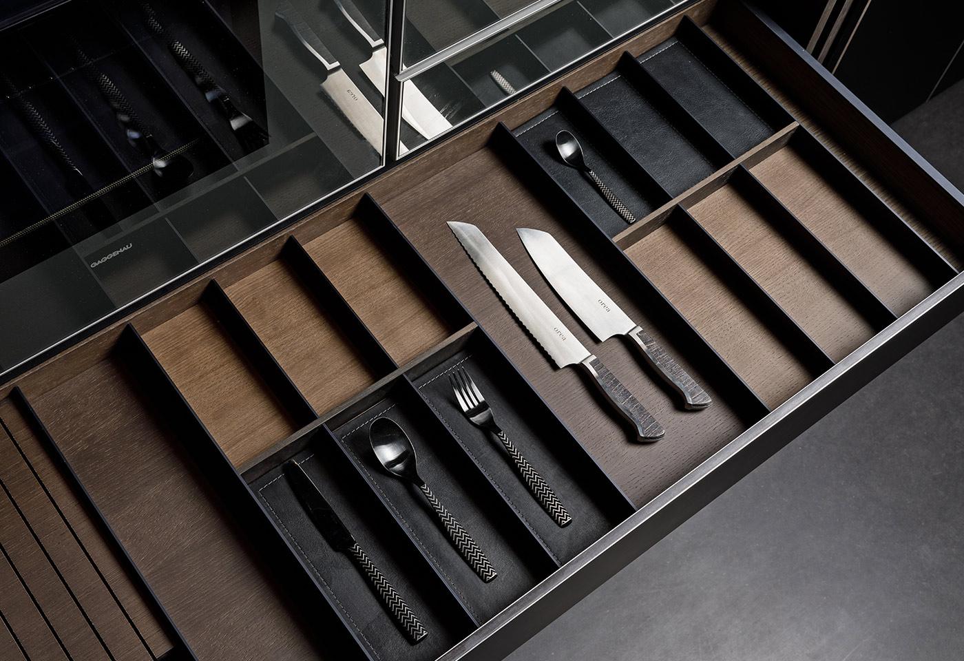 Klare Linien bei Schubladenführung. Lederunterlagen für Besteck und Küchenzubehör.