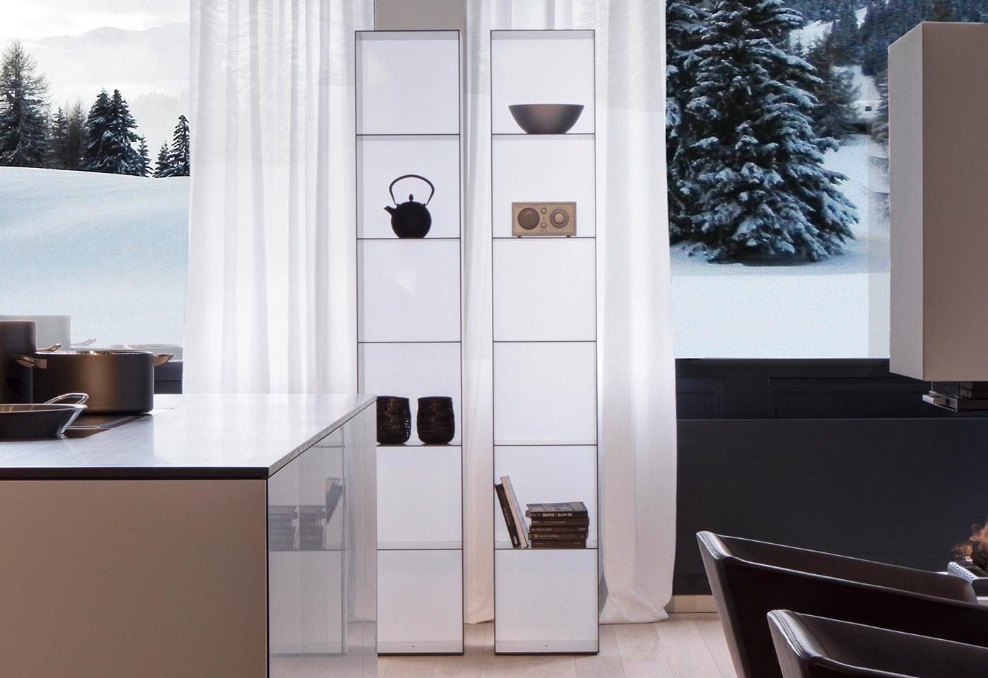 Esstisch und Stühle in geradlinigem Design und hochwertigen Materialien.