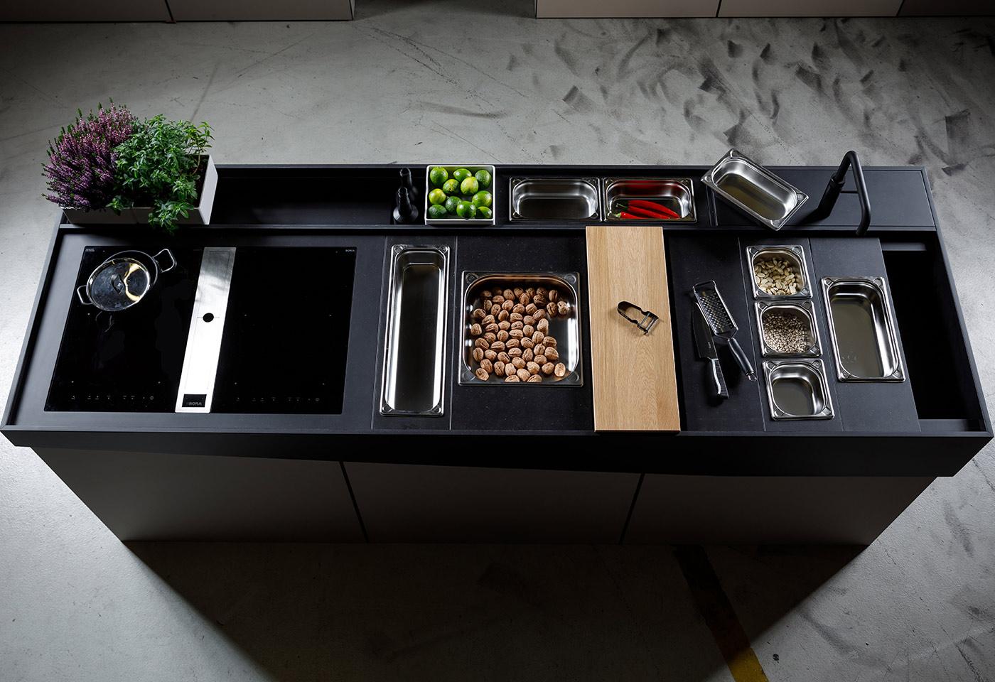 Mobil verschiebbare und flexible Kücheninsel mit zusätzlichem Raum für Kräuter und Gemüse.