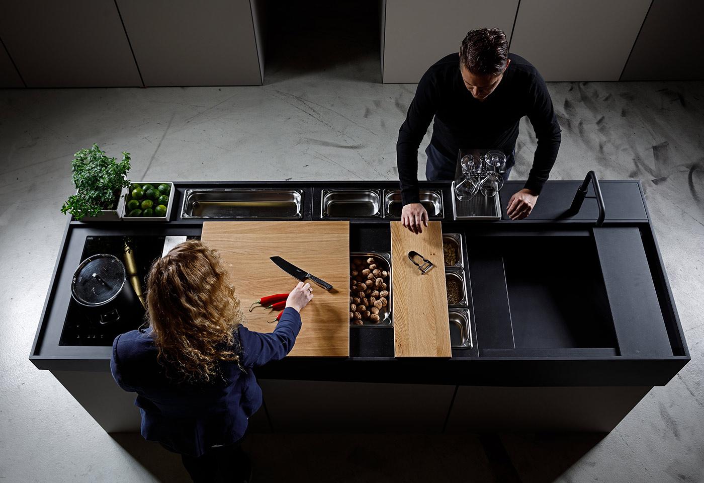 Funktionale Kochinsel ermöglicht mit unterschiedlichen Accessoires wie Schneidebretter und Schalen eine flexible Nutzung der Küche.