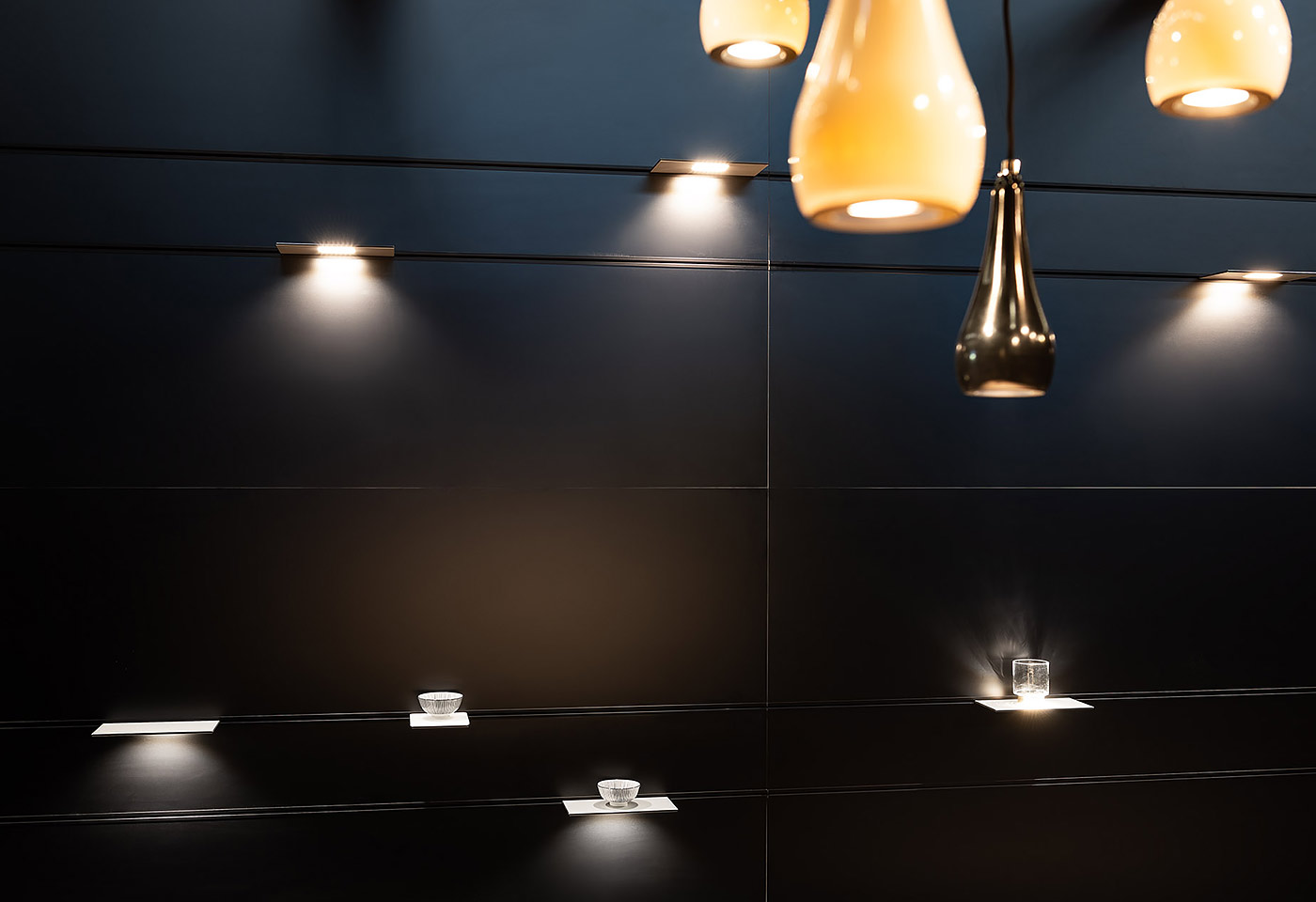 Die schichtig aufgebaute Wand ermöglicht eine individuelle Raumgestaltung. Dabei sind die einzel-nen Elemente der Wand auf jede Grösse anpassbar und bestellbar.