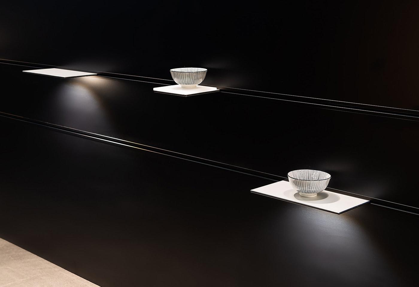 Die einzelnen Wandborde können beliebig positioniert werden. Dabei dienen die Tablare als Deko-rationsvorrichtung oder Beleuchtungsmittel.