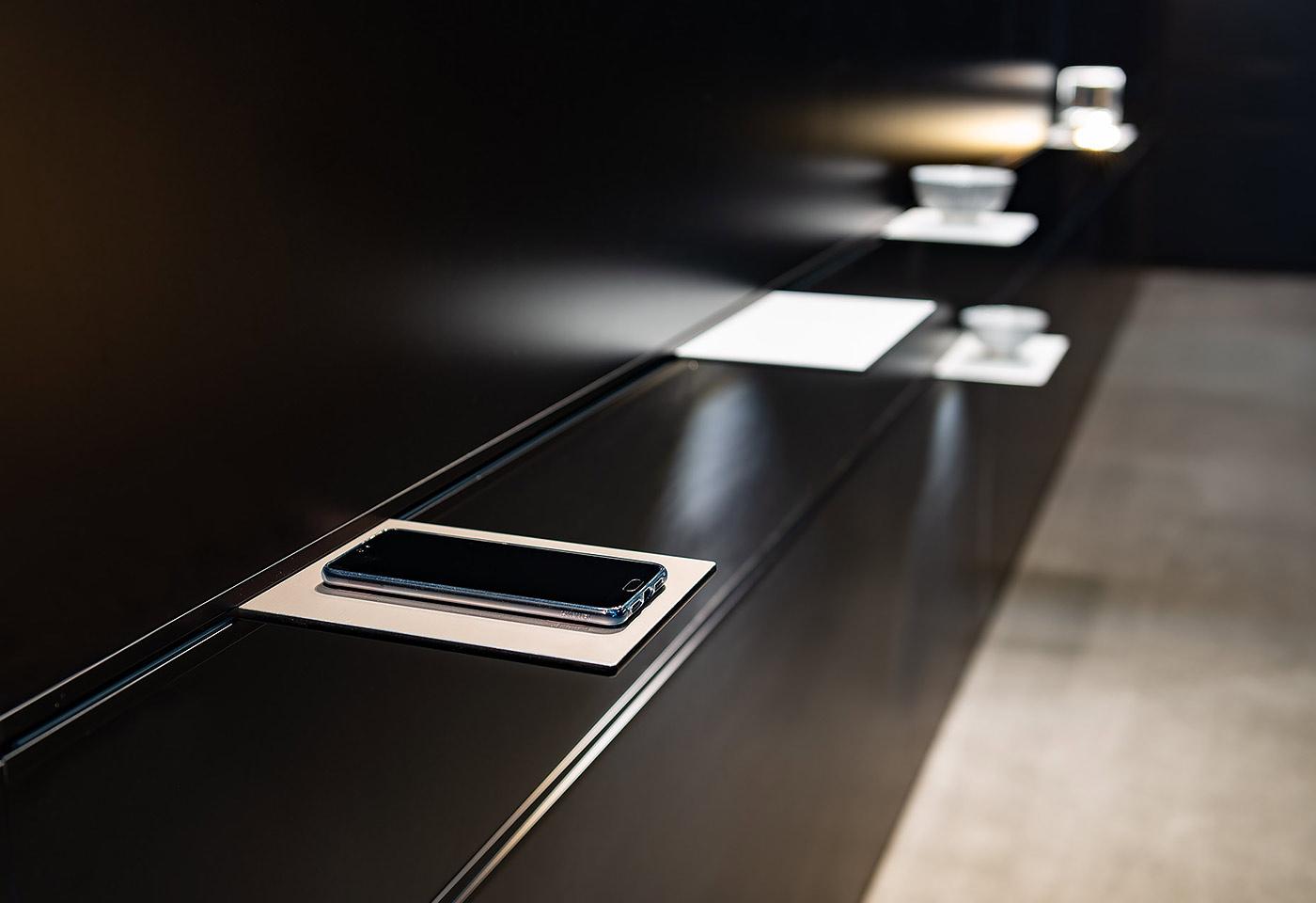 Die Tablare ermöglichen unterschiedliche Anwendungen, wie kontaktloses Aufladen von Smartpho-nes oder integrierte Küchenwaagen.