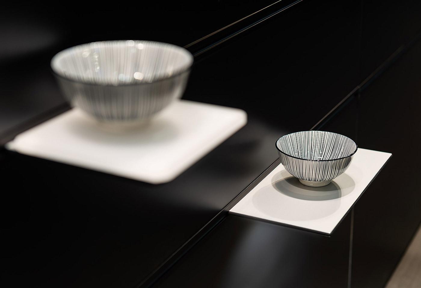 Die Tablare können als Ablagefläche für Gegenstände benutzt werden und dienen somit als Regal im Wohnzimmer.