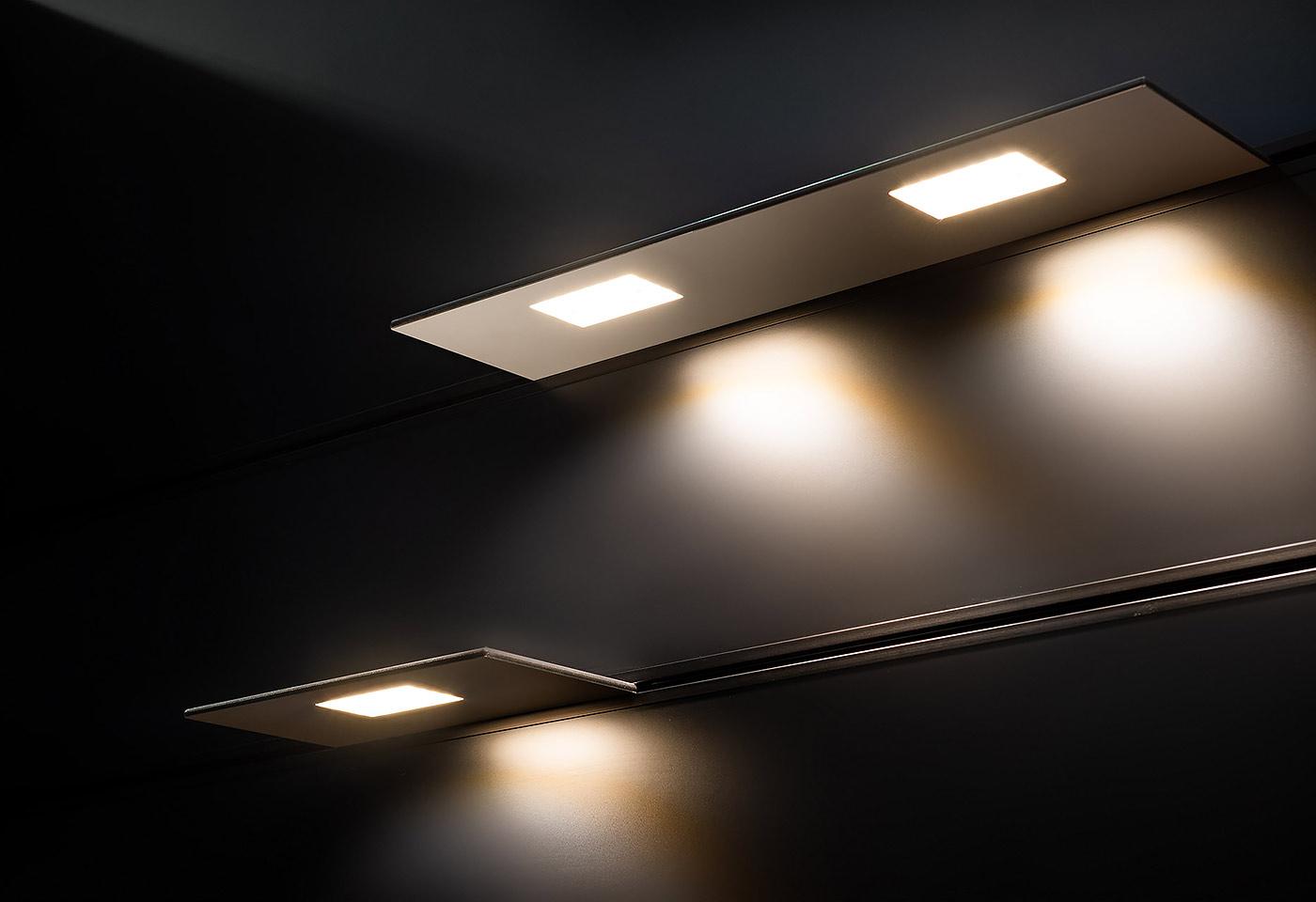 LED-integrierte Leuchttablare dienen als Wandverkleidung. Die Tablare erzeugen Licht nach oben und nach unten. Dabei sind die Regalbretter positionslos verschiebbar.