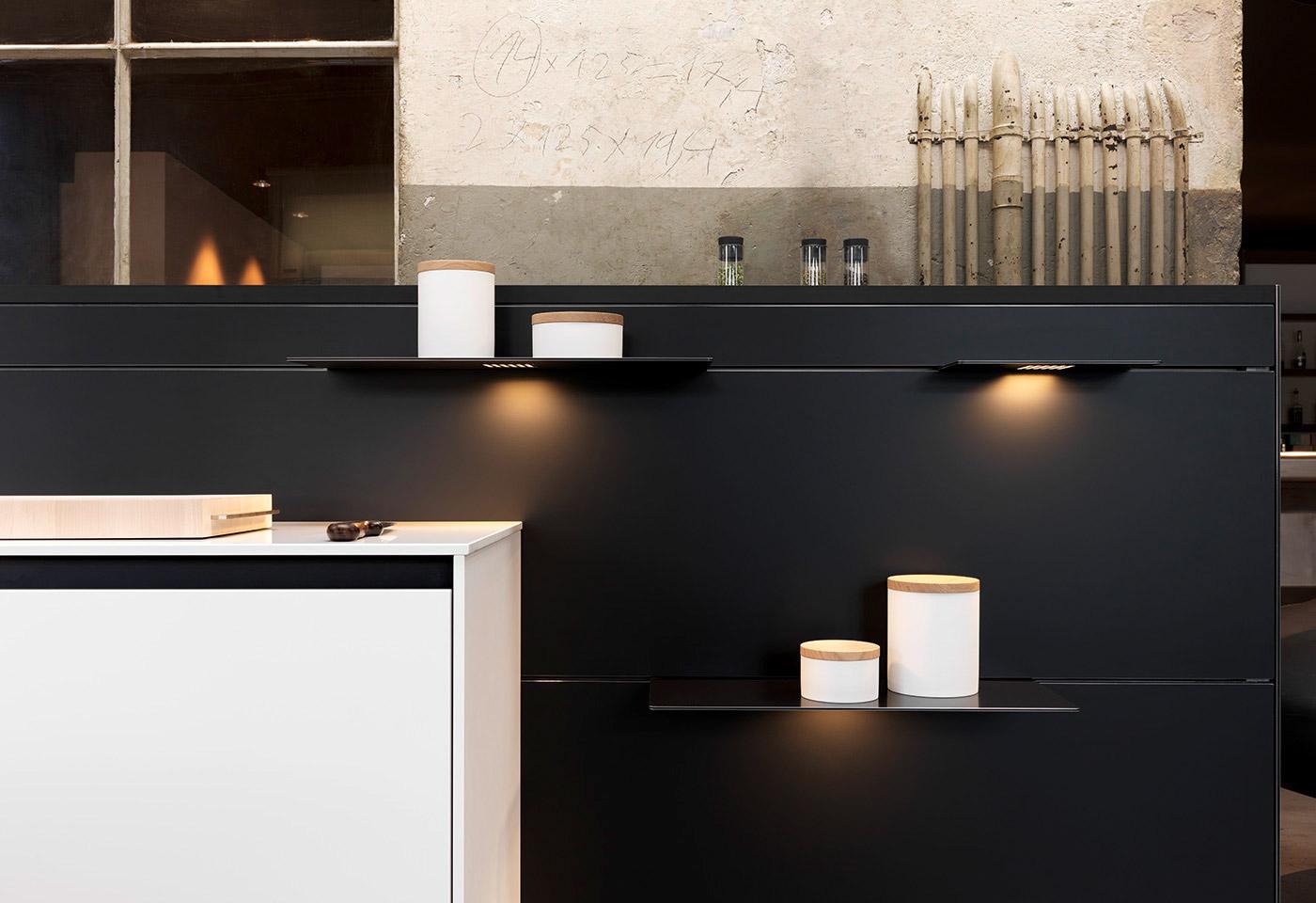Die neuartige Aluminium-Rückwand bietet Porzellan-Behälter, Gewürzgläser und Schnittbrett eine aussergewöhnliche Kulisse.