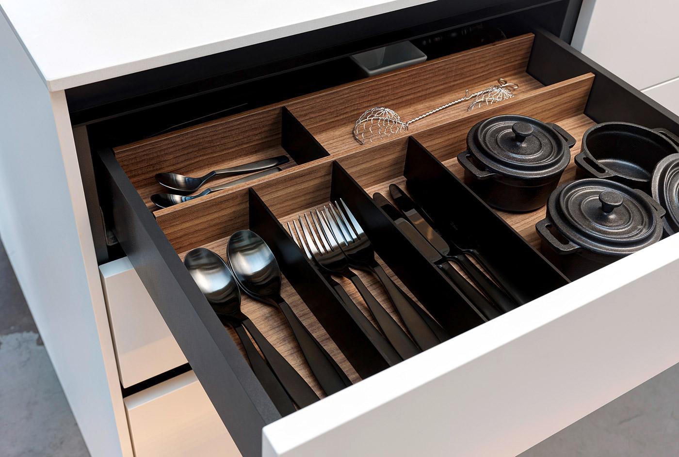 Schubladeneinsatz in Nussbaum in ansprechendem Design und praktischen Einteilungen.
