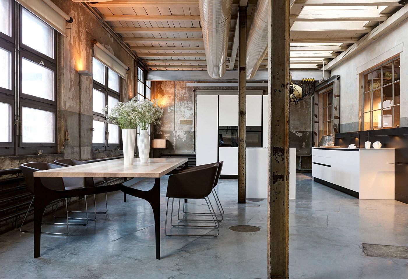 Qualitativ hochwertiger Esstisch und Stühle runden die zeitlose Küche ab.