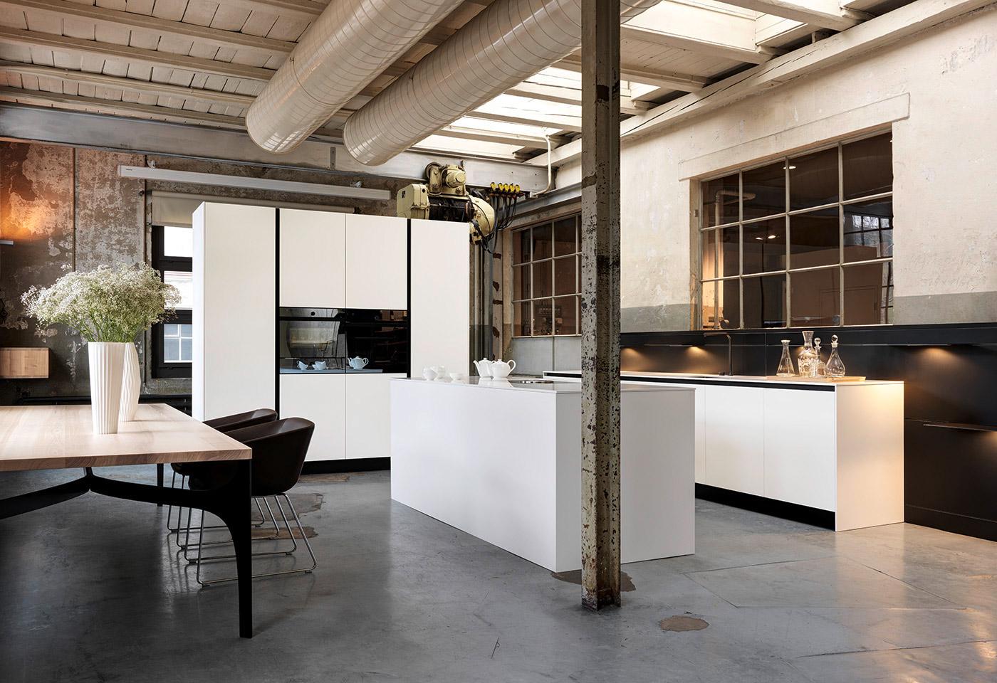 Kochinsel, Hochschränke und Kochzeile ergeben eine moderne und minimalistische Küche.