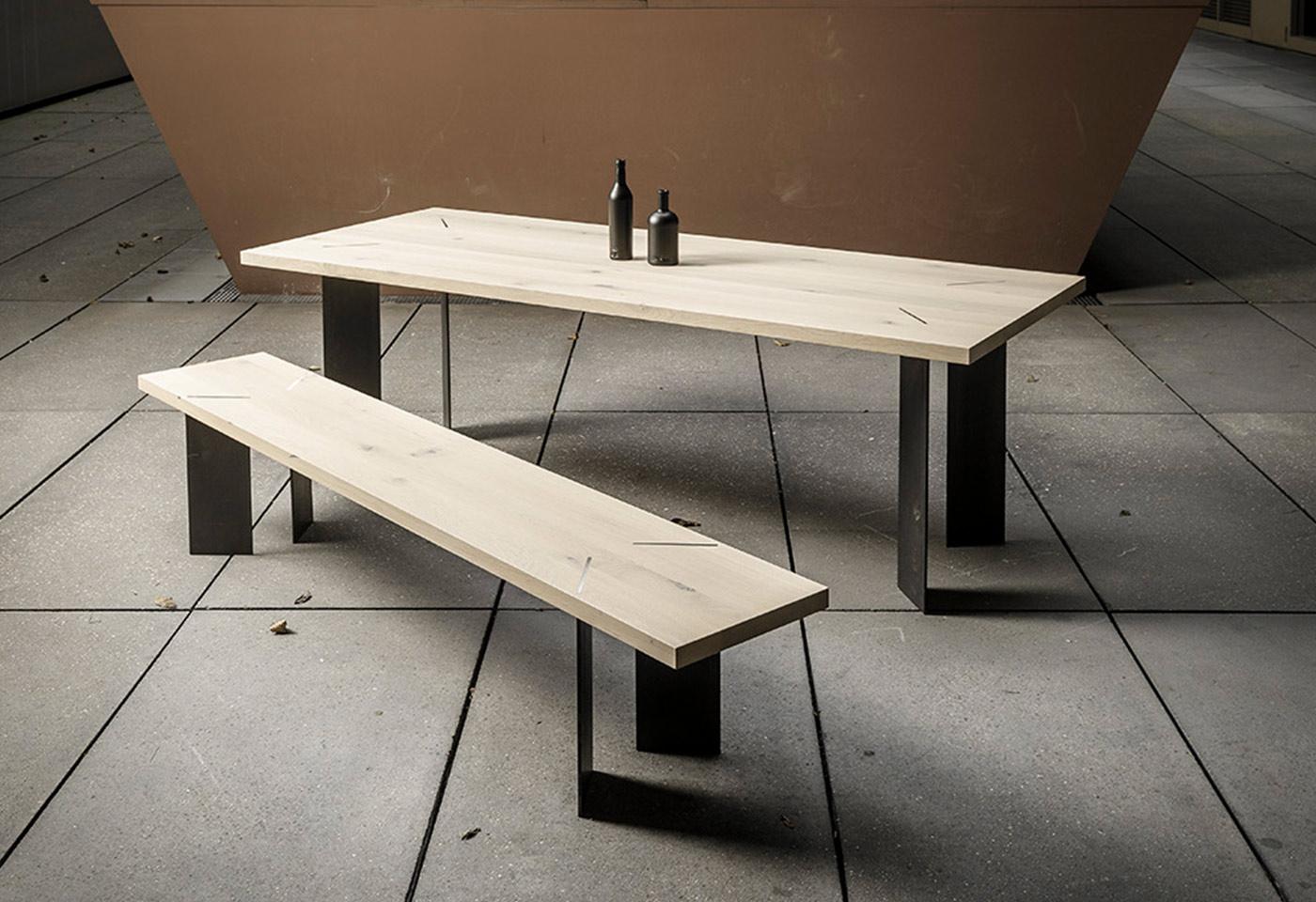 Esstisch aus Eicheholz mit schwarzen Stahlbeinen mit kubischen Formen