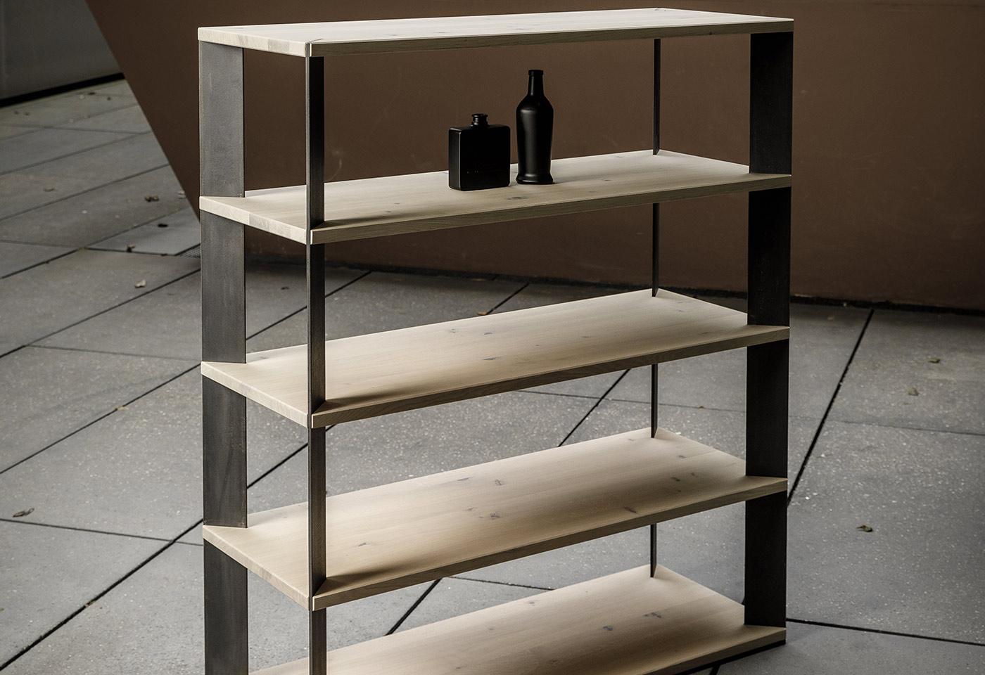 Puristisches, hohes Holzregal mit Stahl für den Innenbereich